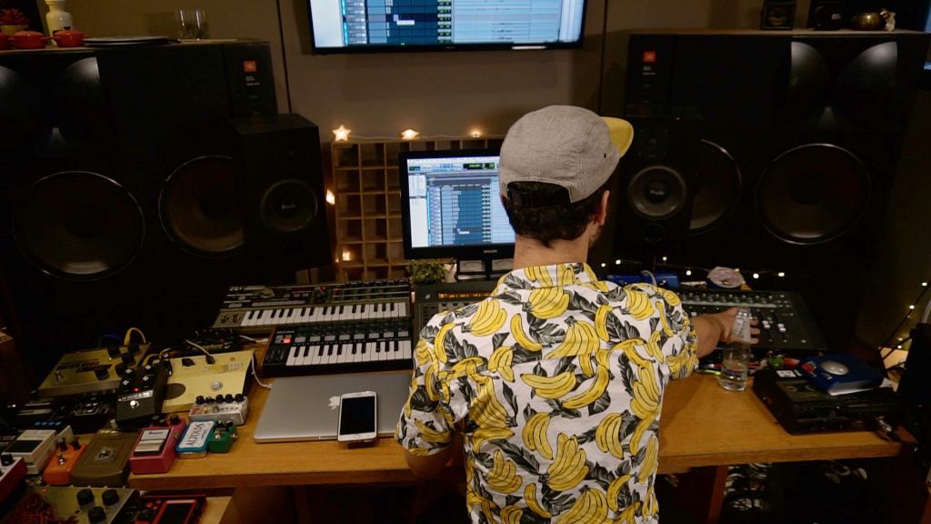 טכנאי באולפן הקלטות באולפני פלוטו